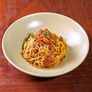 ツナとオリーブがたっぷり入ったトマトソースパスタ。 アンチョビやハーブ、唐辛子の効いたソースが絶品!
