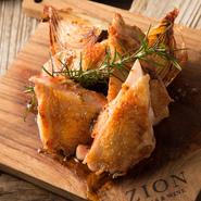 野菜やお魚はもちろん、お肉もできるだけ安心で美味しい素材を選び抜いています。時期に合わせて選び抜いた銘柄豚は、シンプルにグリルで。脂本来の旨味をぜひご賞味ください。