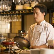 お客様が「また来たい」と思えるような、安心で美味しいお料理の提供を心がけ、食材の品質管理、ていねいな下ごしらえなど、見えないところにも気を遣って作っています。