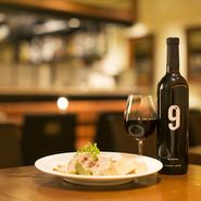 【ZION】のお料理はお酒に合うものばかり。気軽に飲めるお手頃価格のワインが多彩に揃っているので、きっとお客様のお気に入りが見つかります。