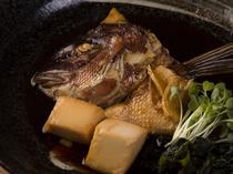 淡白な鯛の味を引き出す、甘めの味付けが絶妙な『鯛のあら炊き』