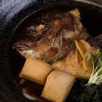 愛媛県産の鯛の頭と木綿豆腐を、醤油と砂糖でじっくりと甘めに炊き上げました。鯛は淡白なので、少し濃い目に味付けした絶妙な味加減は、食事にも、もちろんお酒にもぴったりと合い、箸が進むこと間違いなしです。