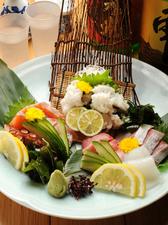 市場直送! 旬の新鮮な魚介類の『刺身盛り合わせ 特盛り(3~4人用)』