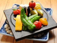 新鮮な旬の野菜を富士山の溶岩プレートで焼き上げる『名物溶岩焼(旬野菜)』