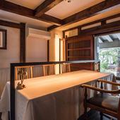 大きな窓から自然豊かな庭園の眺めが楽しめるテーブルもあります