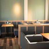 落ち着いた色合いで統一した内装の2階はくつろげる空間