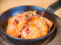 殻も美味しく食べられる、ソフトシェルシュリンプを使用した『海老とマッシュルームのアヒージョ』