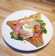 温卵とプロシュートのe-cafe流サラダガレット