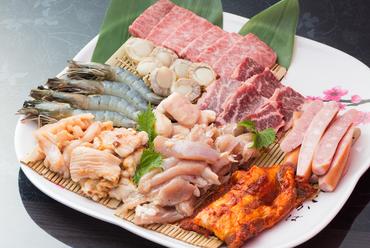 お肉や海鮮など、ボリュームたっぷりの『特選4人盛』