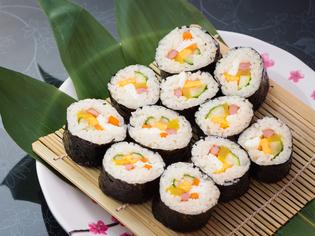 目にも色鮮やかな家庭料理、韓国風海苔巻き『キンパ』