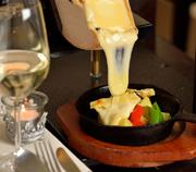 国内外で受賞歴を持つ共働学舎さんの「ラクレットチーズ」を専用オーブンで焼いて溶かし客席にて削り取ってくれます。ワインに逢わせることで、丁寧に造られた優しく深みのある味わいを更にご堪能頂けます。