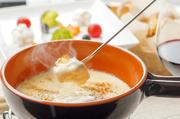 冨田ファーム(興部町)で生産されている「カムイスイ」と「コタン」の二種類をブレンドした純国産のチーズフォンデュ。塩分が抑えられたミルキーな仕上がりで、ワインとの素敵なハーモニーを奏でる逸品です。