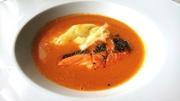 北海道産の魚介と甘エビの旨みが凝縮された非常に濃厚な味わいが愉しめます。旬の魚介にラクレットチーズも添えられた一皿。
