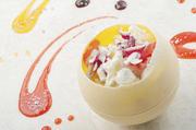 丸くて可愛い器の中に色々なスイーツが詰め込まれた宝箱のようなデザート。テーブルを彩るデコレーションパフォーマンスをお愉しみください。