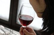 外観の次は、香りを嗅ぎ比べてみましょう ワインの中には、ブドウ以外の果物や花やスパイスなど様々な香りを感じることが出来ます 気にしてみると、懐かしい想い出の香りに出逢えるかも…