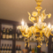「ムラーノ・シャンデリア」のやさしい灯りに包まれた店内