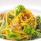 黄色と緑のコントラストが色鮮やかな『網走産白魚とあさり、春野菜のアリオリーオ、サフラン風味』