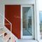 シンプルな白に赤茶色の扉が映える、都会的な印象のエントランス