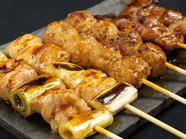 こだわりの厳選された鶏肉を、炭火でじっくりと焼きあげられた人気のメニュー『焼鳥盛り合せ(10種盛)』