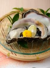 殻つきで提供する『岩牡蠣』