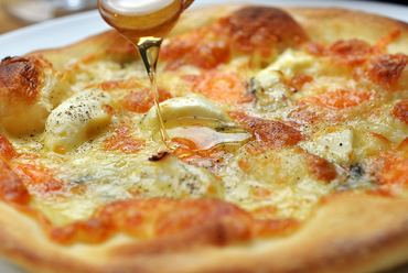 クリスピー感のあるしっかりした生地の『4種のチーズピザ』