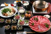 最上級の部位「シャトーブリアン」を、せいろ蒸しやステーキで味わうことができる会席コース。これほどの品質をこの価格で提供できるのは、近江牛にこだわる【万葉】ならではです。あぶり寿司、茶碗蒸しなど計7品。