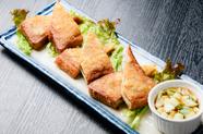 骨付きチキンが入った、ココナッツカレー風の麺料理。本格的な現地スタイルの『カオソーイ』