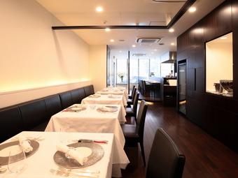 シンプルモダンな空間に美しい料理が映えます