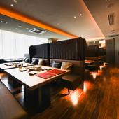 ソファ席でゆったり楽しむ上質な焼肉。心地よい空間を提供します