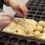焼くのが苦手な方はスタッフが焼きます。仲間でワイワイ食べることもでき、カップルで利用すれば、相手の新たな得意分野を見ることもできます。また、アヒージョなどたこ焼き器を使用しての料理を楽しめます。