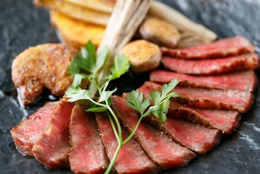 炭火焼きで香ばしく焼き上げられた『A5ランク黒毛和牛の炭火焼ステーキ』