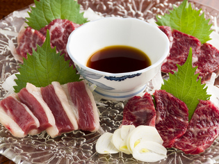 鮮度と質にこだわり、熊本から直送する馬肉だけを使います