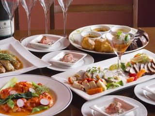 大皿で提供するパーティープランやフルコースの料理でパーティー