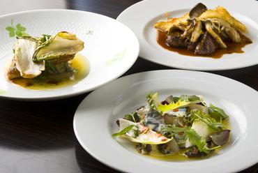 訪れるたびごとの楽しみ。バランスよく多彩な料理を味わえる『シェフおまかせのフルコース』