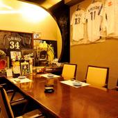 野球グッズが飾られた個室は、VIPも満足のスタイリッシュ空間