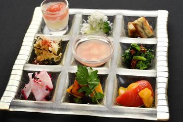 旬の食材を一皿で楽しむ『9種類の野菜を使った前菜盛り合せ』