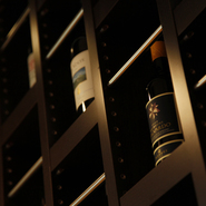 大井シェフのつくる滋味深い料理に合うのは、奥深いテイストのワイン。イタリア、フランス産を中心に、シェフ自らが「飲んで純粋においしい」と思ったものだけを約100種揃えています。