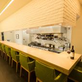 静かな環境の中、やさしい料理と豊富な種類のお酒でおもてなし