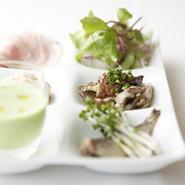 旬の野菜をたくさん使いますが、ほとんどが上賀茂や大原でつくられた京都産です。値段も味も安定していて、新鮮なものが手に入るので使いやすい。圧倒的に無農薬が多いですね。