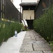 丸太町駅から徒歩2分、改装した古民家へ続く細長いアプローチ