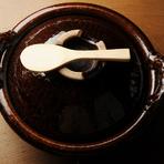 デザートの前に、鍋と薪で一気に炊かれる白ご飯を提供