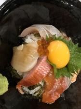 季節で変わる新鮮な旬の魚を、タレと卵黄でいただく『海鮮丼』
