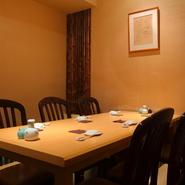 顔合わせや家族のお祝いなど、プライベートな時間を楽しむのにぴったりな個室が2部屋。料理は食事の量や内容など選べる4つのコースがおすすめです。飲み放題も含まれているので、接待や会食にも好適。