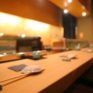 デートをゆったりと楽しみたい時には、テーブル席はもちろん、カウンター席もおすすめです。職人の握るお寿司を味わいながら楽しむ会話。普段とは違う時間をきっと過ごせるはず。