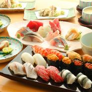 目で見て楽しむことができる、美しい和食。季節を感じさせる食材を組み合わせ、その時期限定の一品料理が仕上がっていきます。口に広がる日本の四季をぜひ味わってみてください。