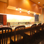 幅広い世代からも人気の高い「お寿司」。接待や会食の場にもふさわしいコース料理なども豊富にそろっています。職人技を間近で見られるカウンター席の他、個室も完備。人数に合わせて対応が可能です。
