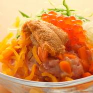 美味い素材と納豆を混ぜたものをのりに乗せていただく、 つまみに最適な逸品。ランチは丼としても楽しめます。