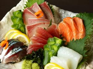 新鮮な海の幸をたっぷりと味わえる『鮮魚刺し五点盛り』