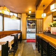 小岩の住宅街にひっそりと佇む隠れ家食堂。四川料理をベースに、黄革さんがレシピを考案して手がける家庭料理に出会えるお店。ここでしか味わえない料理が人気を呼んでいます。