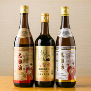 """四川料理をベースにした黄革さんの""""旨辛""""料理に合うのはやはり「紹興酒」。10年、15年、18年、20年、30年ものをラインナップ。肩肘を張らず、にぎやかな女子会の夜を愉しんでみませんか。"""